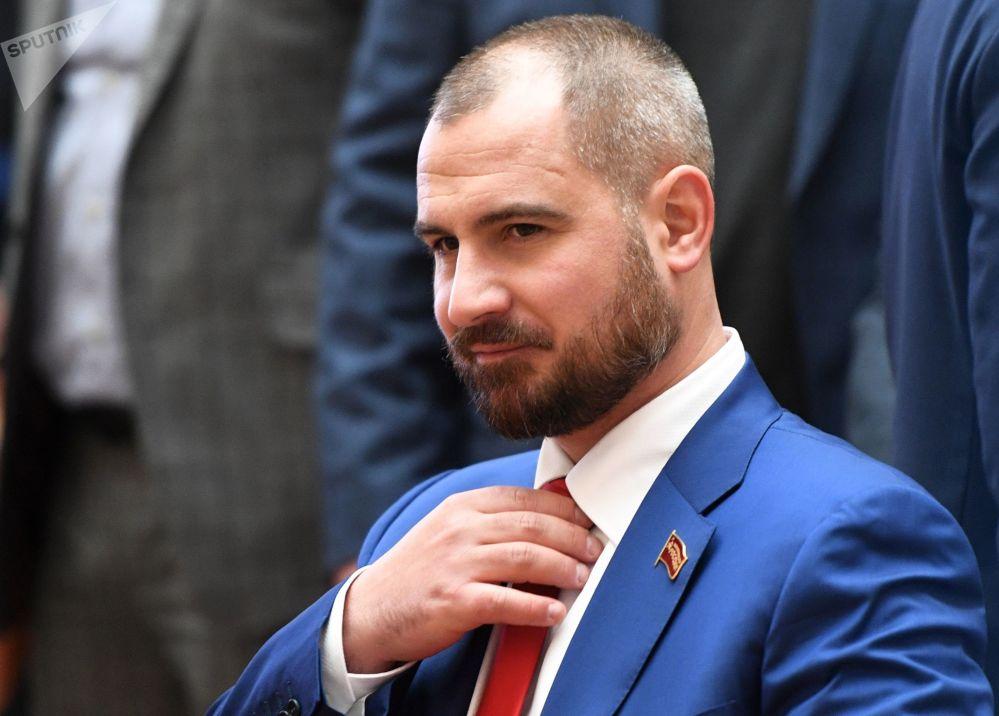 俄羅斯共產黨人黨在對外政策中秉持愛國主義。該黨還稱,有必要按照華沙條約組織的樣本恢復反帝國家防禦同盟。