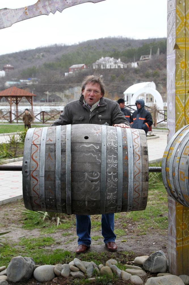 他的葡萄酒和葡萄酒生產生意很成功。