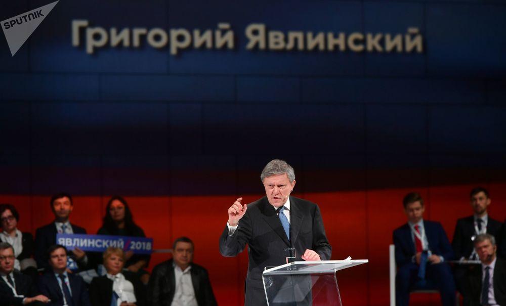 他曾供職於蘇聯科學經濟研究所和國家機關。