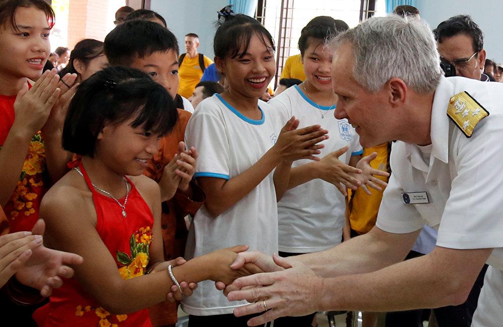 觀察家們指出,美國航母抵達越南港恰逢北京舉行兩會。這是巧合?還是美越雙方在就訪問細節討論了一年後企圖向中國施加軍事和心理壓力?這個問題也是美國總統特朗普和越南國家主席陳大光2月14日最近一次通話的話題之一。