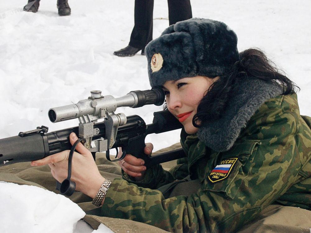 """俄罗斯全军""""肩章美女""""选美大赛决赛佳丽"""