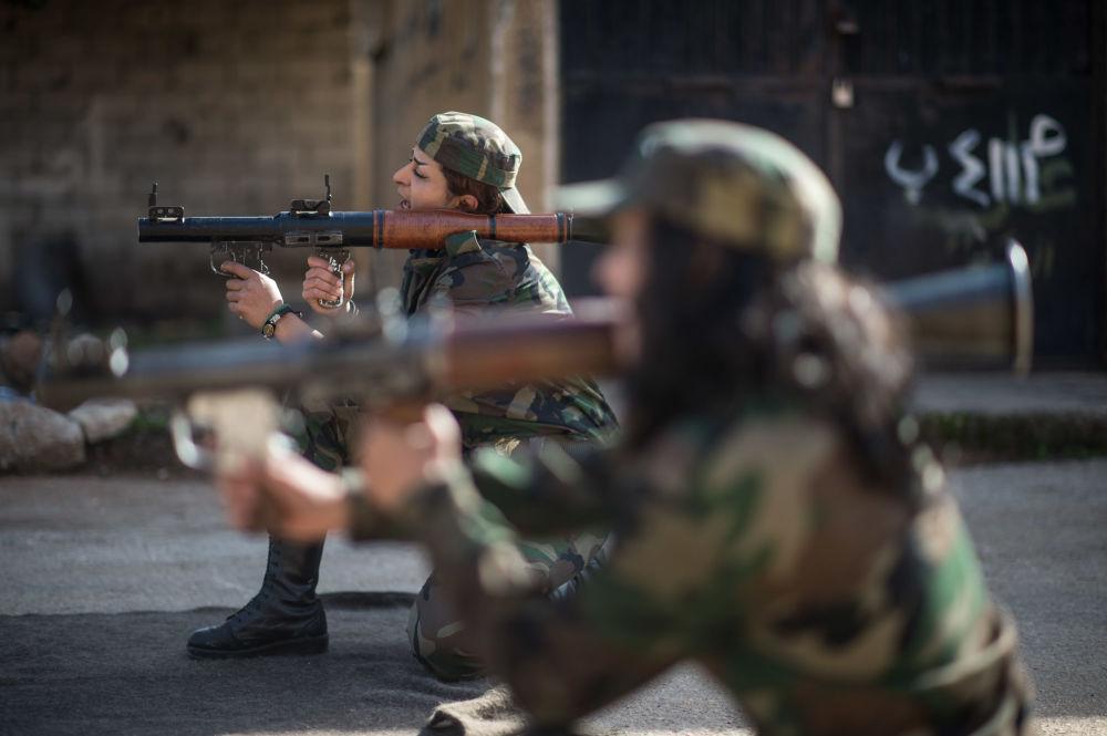 叙利亚志愿兵在大马士革郊区的第130训练大队上课
