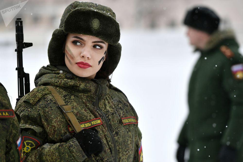俄战略火箭军女兵选美和专业技能比赛佳丽