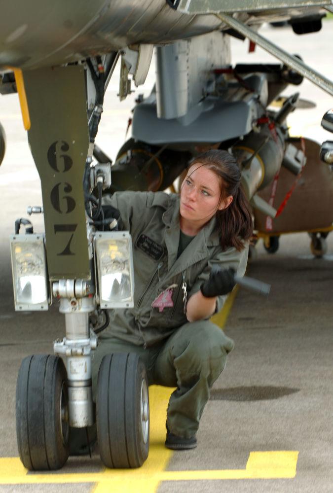 """法国""""阵风""""战机女机械师"""