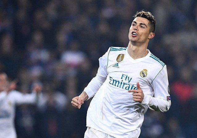巴黎足球俱乐部后卫擤鼻涕后用手摸罗纳尔多的足球衫