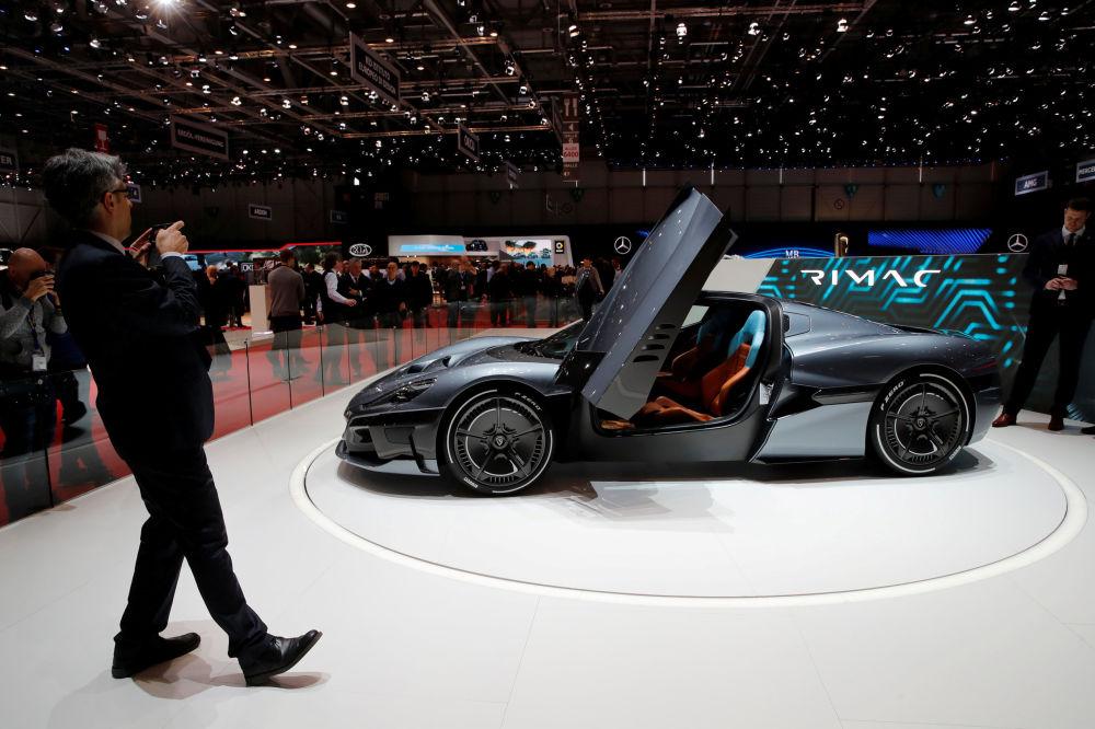 参观者在拍摄一辆克罗地亚纯电动超跑Rimac 2代