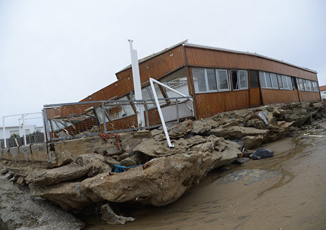 美国东海岸暴风雪导致100万居民停电