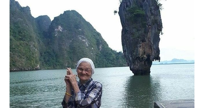 在泰国,背景是著名的詹姆斯·邦德峭壁
