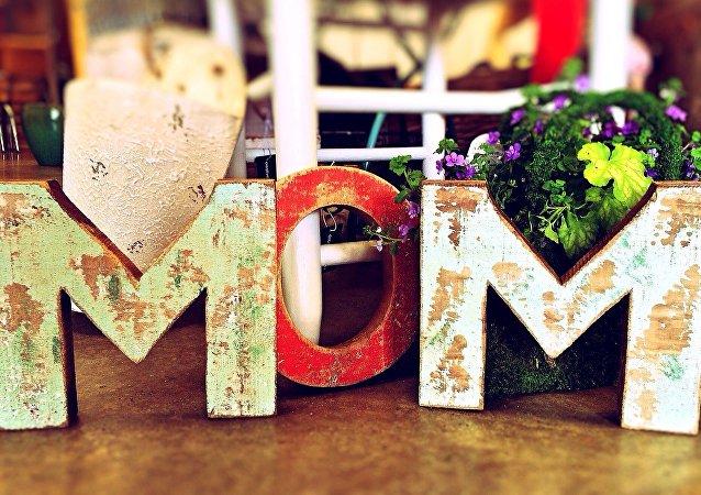 """英国在母亲节到来之际发行了不带""""妈妈""""一词的贺卡"""