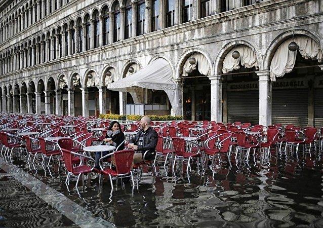 暴雨过后威尼斯近三成城区被淹