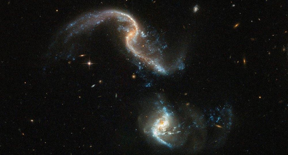 哈勃望遠鏡拍下星系合併畫面