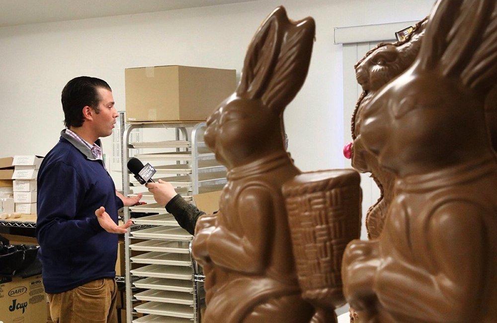 照片拍摄的角度就好像他在接受一只巨型巧克力兔子的采访,而实际上他在和匹兹堡邮报(Pittsburgh Post-Gazette)的记者交流,只不过照片没拍到记者。