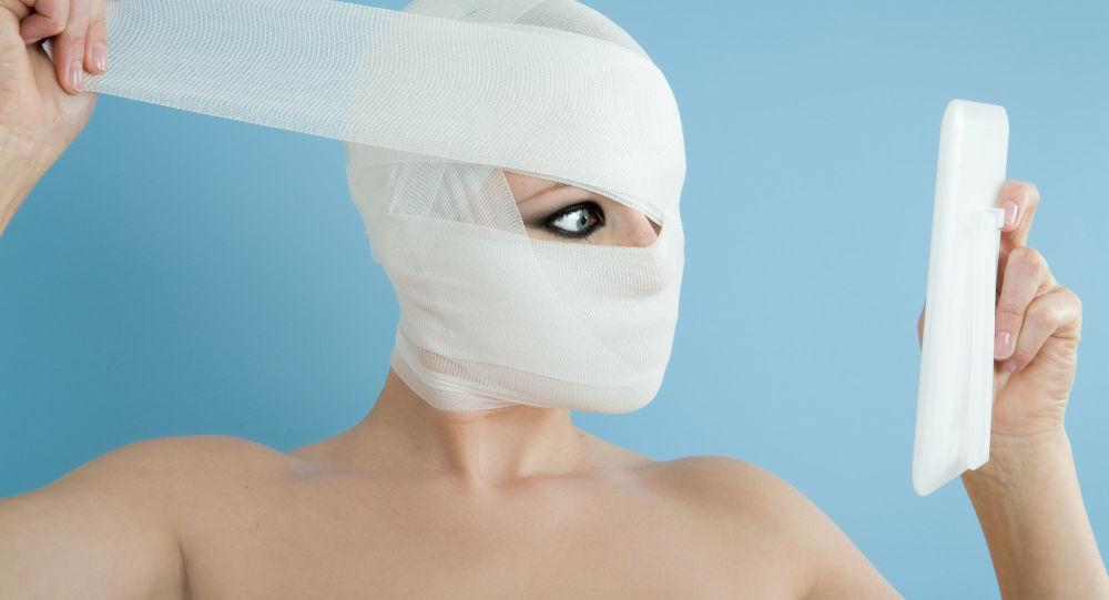 美國女子為成為「芭比娃娃」做整容手術