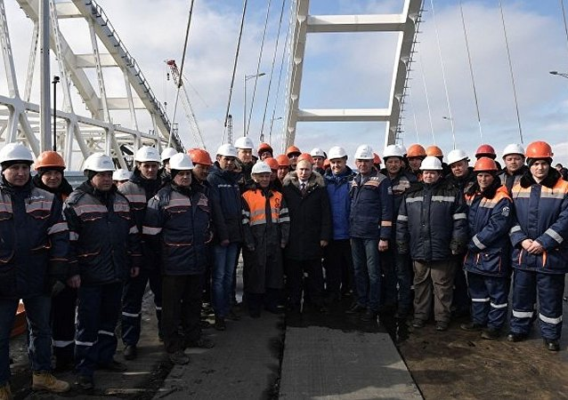 俄罗斯总统普京对工人表示感谢 (克里米亚大桥公路部分)