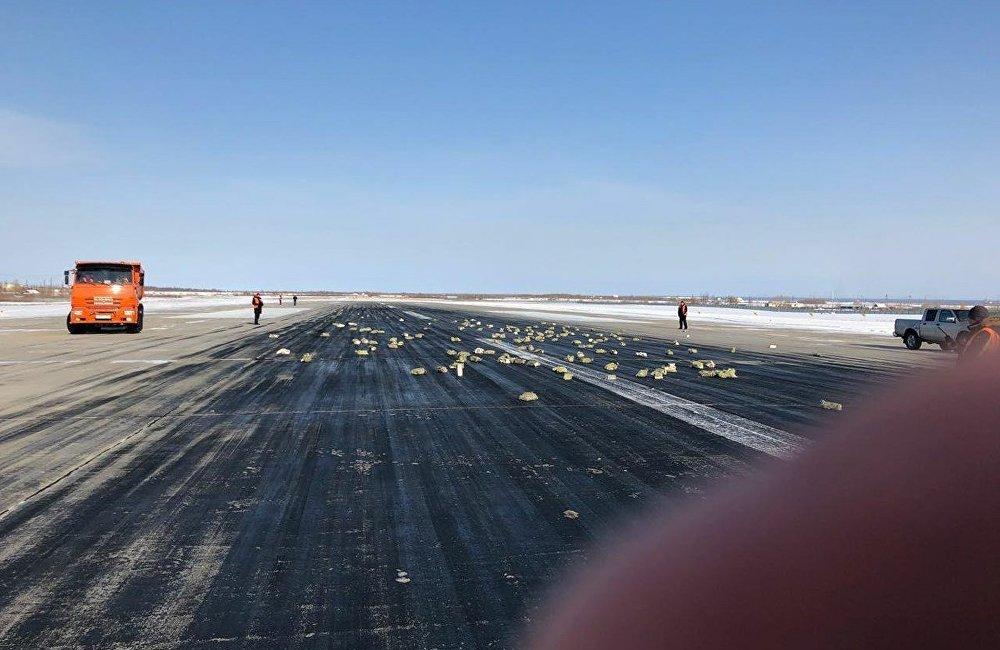 同时,社交网络上出现了一些照片,好像是有金块状的东西从飞机上掉下来。