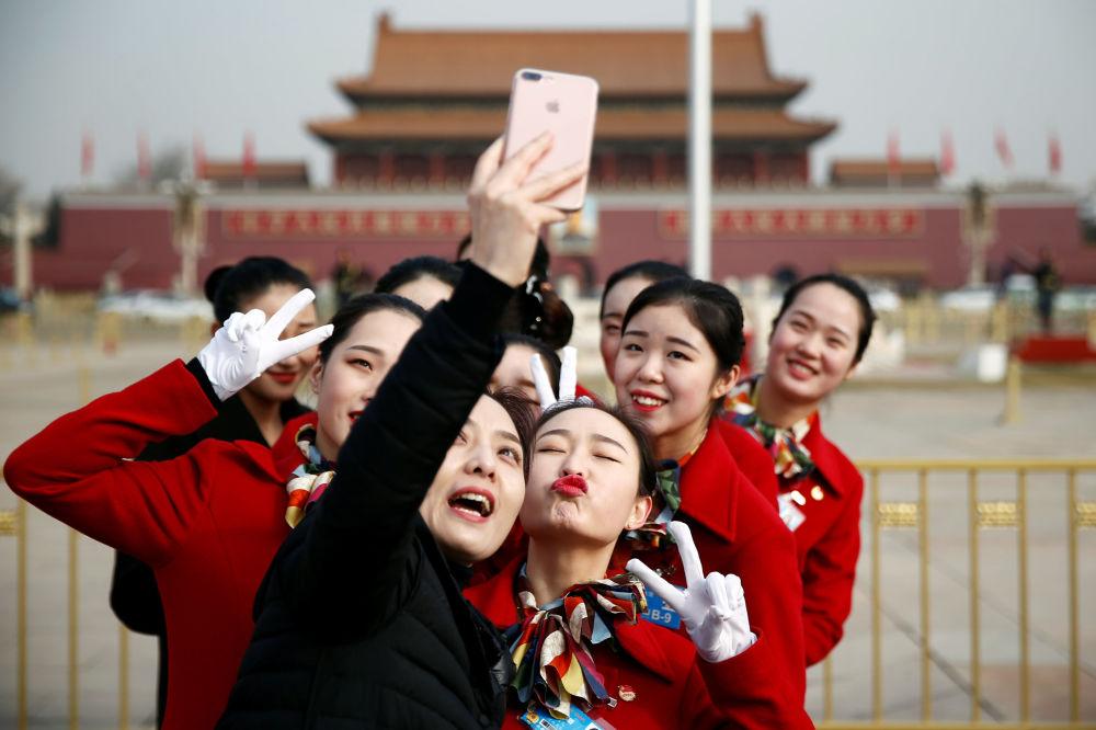 第十三届全国人民代表大会开幕期间在天安门广场拍照的姑娘们。