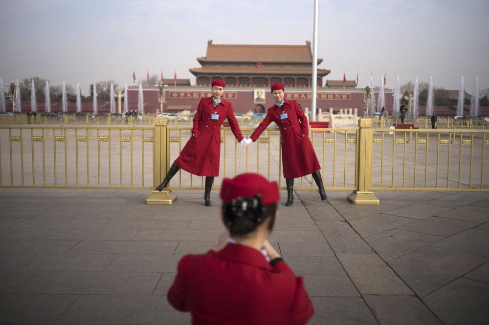 姑娘们在北京天安门广场自拍。