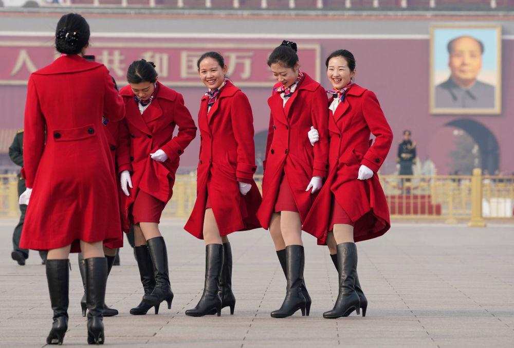 姑娘們在北京天安門廣場自拍。