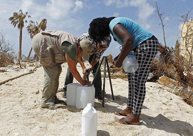加勒比群岛屿飓风过后,美国国际开发署一名