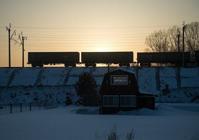 俄彼爾姆邊疆區貨運列車脫軌200米枕木受損