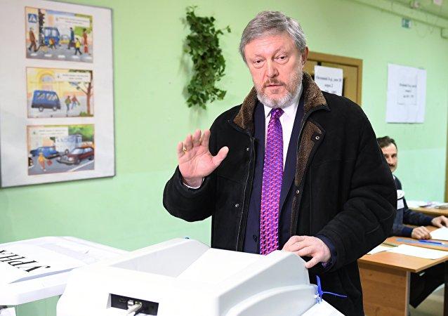 Кандидат в президенты РФ от партии Яблоко Григорий Явлинский во время голосования на выборах президента РФ