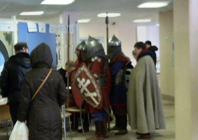 В Петербурге пришли голосовать рыцари