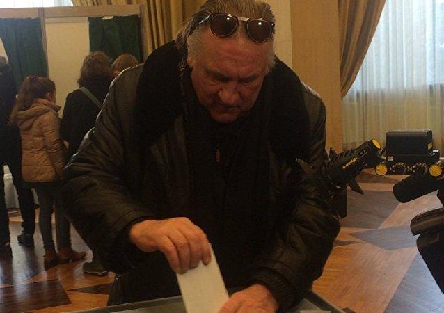 Жерар Депардье проголосовал в Париже