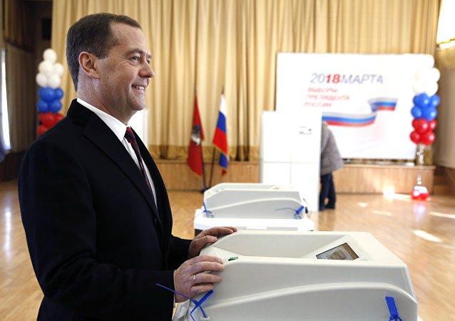 Председатель правительства РФ РФ Дмитрий Медведев во время голосования на избирательном участке в Москве на выборах президента РФ