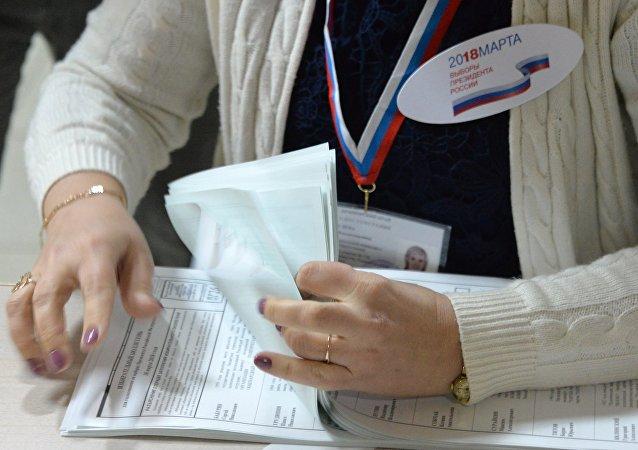 Члены избирательной комиссии во время подсчета голосов на одном из избирательных участков во Владивостоке
