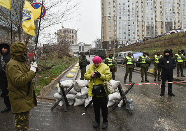 Сотрудники МВД Украины и представители националистических организаций блокируют здание консульства РФ в Одессе в связи с выборами президента РФ