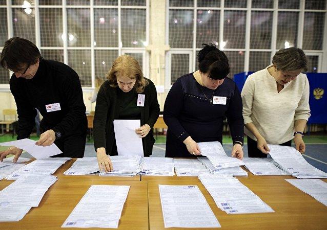 Члены участковой избирательной комиссии во время подсчета голосов