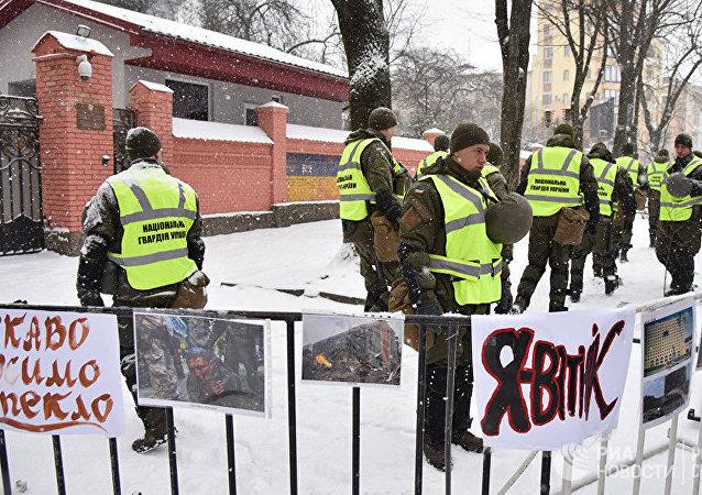 Сотрудники МВД Украины у здания консульства РФ во Львове