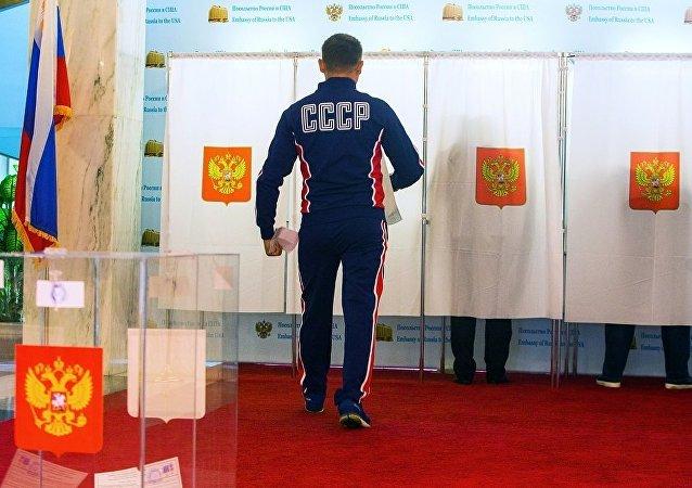 來俄羅斯駐華盛頓使館投票的俄羅斯公民