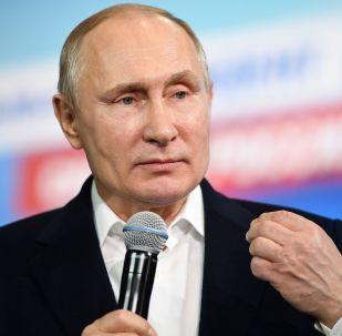 Кандидат в президенты РФ, действующий президент РФ Владимир Путин во время посещения своего предвыборного штаба