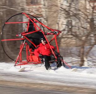 俄罗斯下诺夫哥罗德州一居民驾三角滑翔机参加大选投票