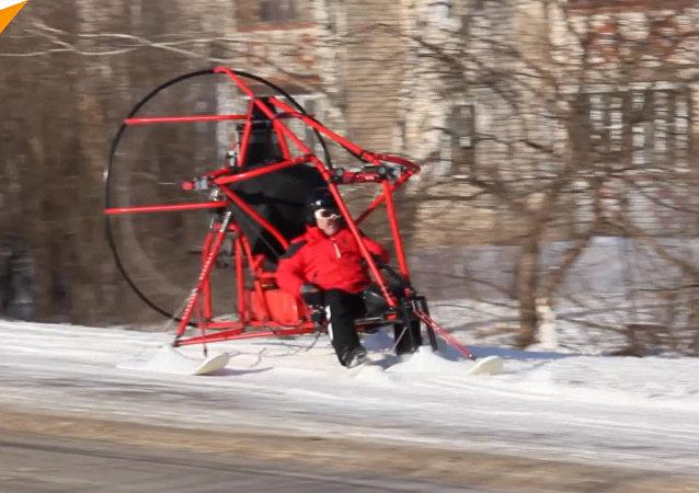俄羅斯下諾夫哥羅德州一居民駕三角滑翔機參加大選投票