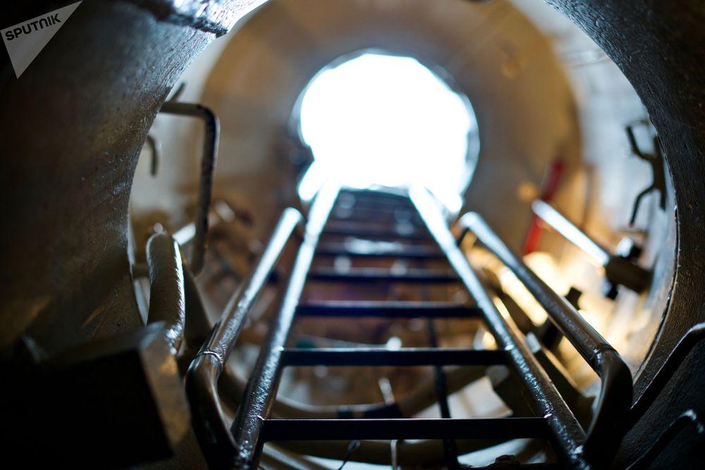 潛艇唯一的正面入口是一個從司令塔垂直向下的帶梯子的狹長出入口。根據緊急下潛規範,6名值班人員20秒內跳下駕駛台,一點都不耽擱的話,再過20秒,潛艇就潛入了水中。