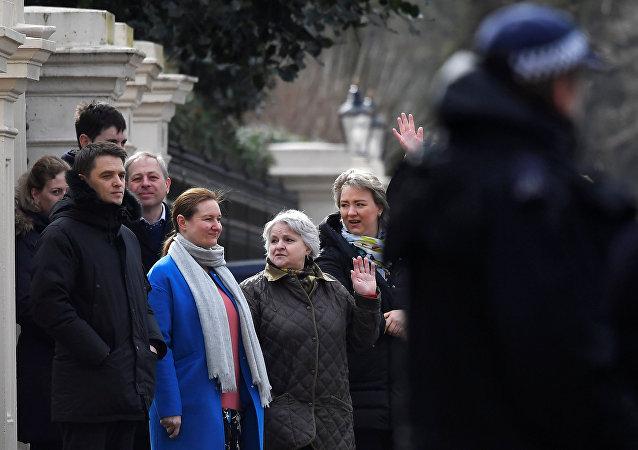 遭驱逐的俄罗斯外交官离开伦敦大使馆