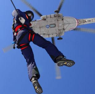 俄紧急情况部救援人员在哈巴罗夫斯克边疆区开展伞降集训