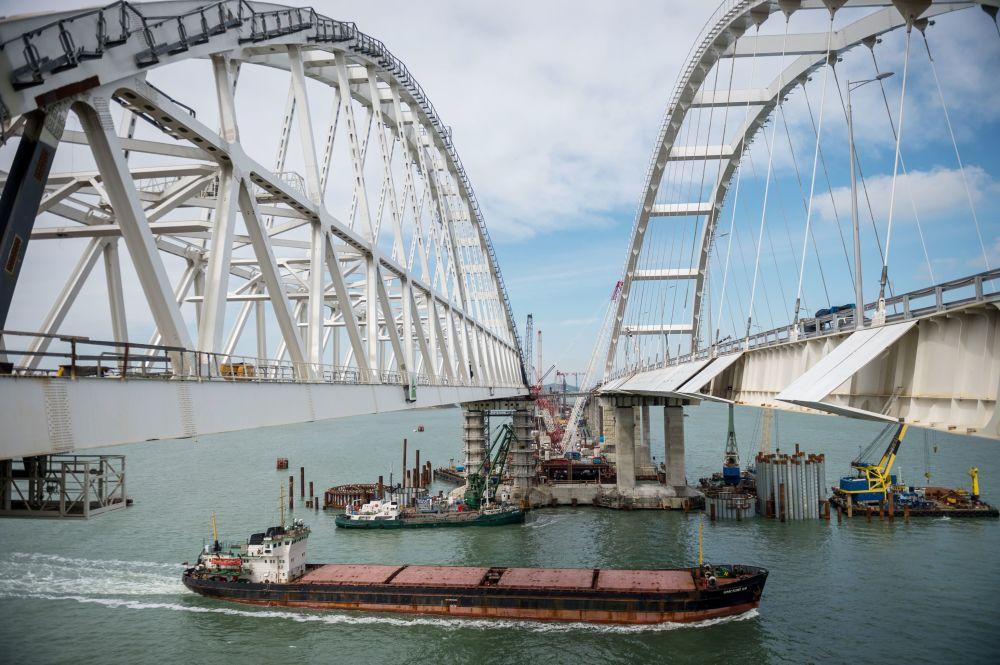 驳船从在建的克里米亚大桥桥拱下经过。
