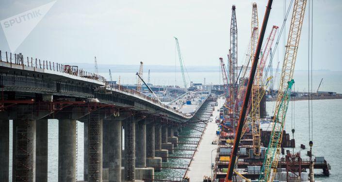 克里米亚大桥公路部分通过每辆载重35吨卡车的强度测试