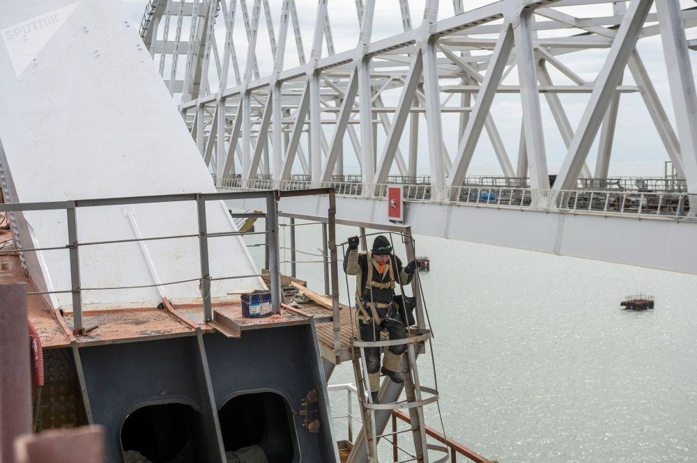 在建设克里米亚大桥的工人
