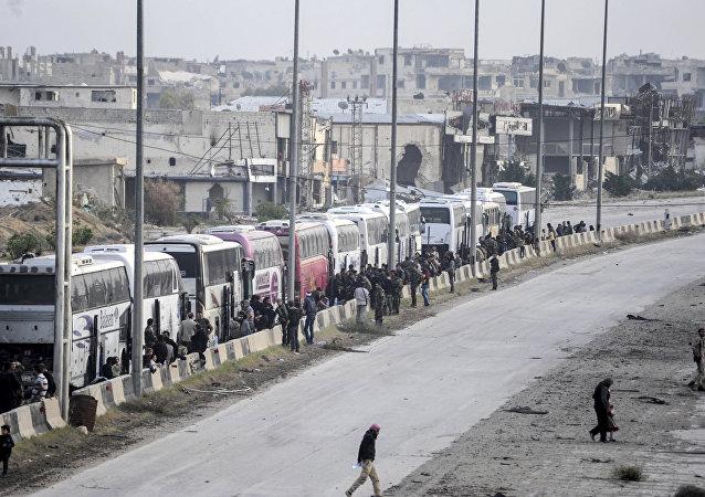 消息人士:千名武装分子被送离恐怖分子在叙最后据点