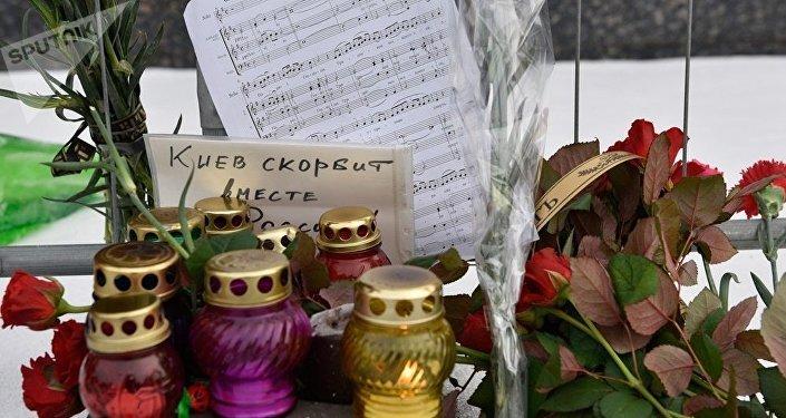 基辅市民向俄使馆摆放悼念物品