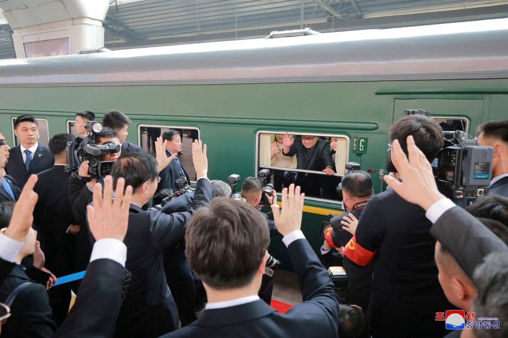 金正恩专列抵达北京火车站。