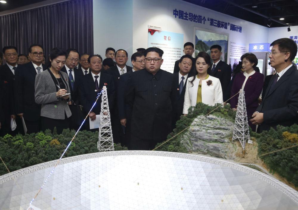 朝鲜领导人金正恩携夫人李雪主参观中国科学院创新成果展。