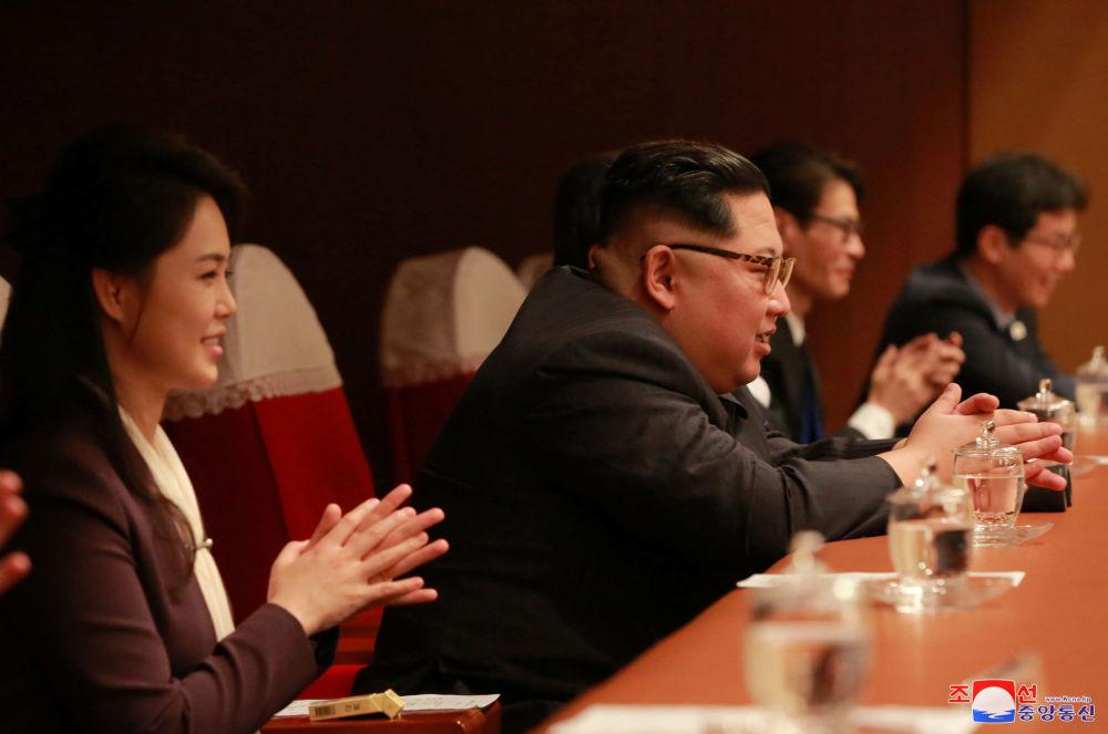金正恩在韩国流行乐团在朝鲜举行的演唱会上