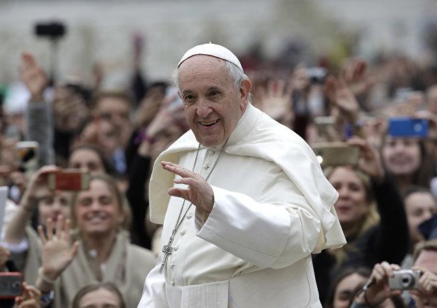 孩子在被罗马教皇亲吻后癌症病愈