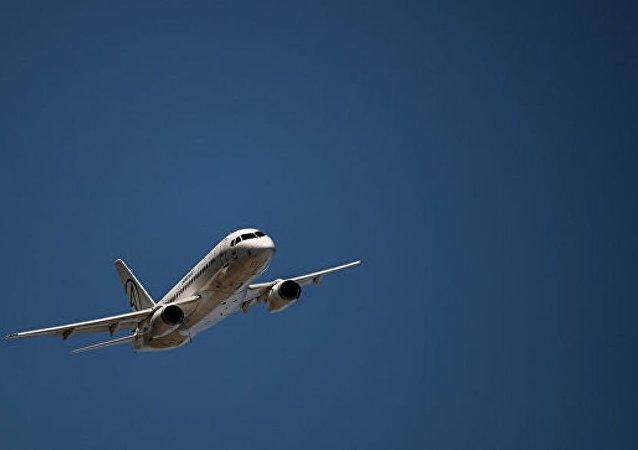 中國一名乘客試圖「檢查飛機」