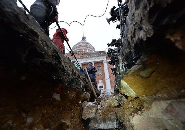 考古学家在莫斯科市中心发现了古代墓碑